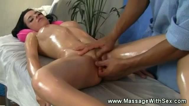 Порно невероятно девушки доводят друг друга до оргазма на массажном столе девка развратничает дома